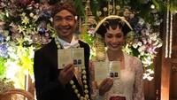 Dimas Djay dan Faradina Mufti sudah resmi menikah nih, Bunda. Mereka pun foto bareng menunjukkan buku nikahnya. (Foto: Instagram @jokoanwar)