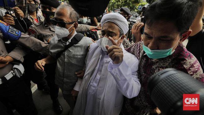 Imam Besar FPI Rizieq Shihab datang ke Polda Metro Jaya untuk menjalani pemeriksaan kasus kerumunan massa Petamburan pada Sabtu (12/12).