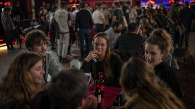 Lebih dari 1.000 penduduk Barcelona, Spanyol, rela berpartisipasi dalam studi yang menguji efektivitas tes Covid-19 demi bisa menikmati huru-hara konser musik.