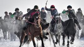 FOTO: Kok Boru, Permainan Kuda Identitas Budaya Asia Tengah