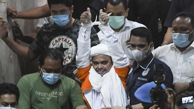 Tersangka kerumunan Petamburan, Rizieq Shihab, dikawal ketat aparat kepolisian saat pemindahan dari rutan Polda Meto ke Bareskrim.