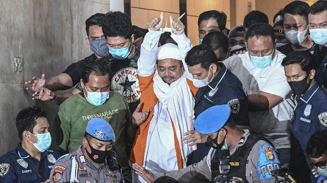 Di tengah sidang kerumunan Megamendung, Rizieq mempertanyakan alasan pemerintah tak kunjung memberinya bantuan hukum saat tak bisa pulang dari Arab Saudi.
