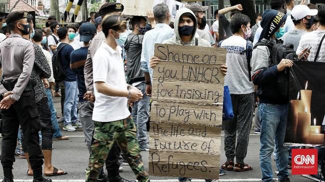Para pencari suaka yang meninggalkan negara mereka beraksi unjuk rasa di depan kantor komisi tinggi PBB urusan pengungsi (UNHCR), Jakarta, Senin.