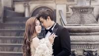 <p>Ada juga foto Felicya Angelista mengenakan gaun mewah dan Caesar Hito memakai jas dengan latar belakang ala kastil. Keren ya. (Foto: Instagram @felicyangelista_)</p>