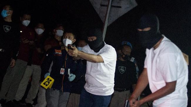 Penyidik Polri menggelar rekonstruksi kasus penembakan 6 laskar FPI di Jalan Tol Cikampek. Sesuai kejadian, rekonstruksi digelar dini hari.