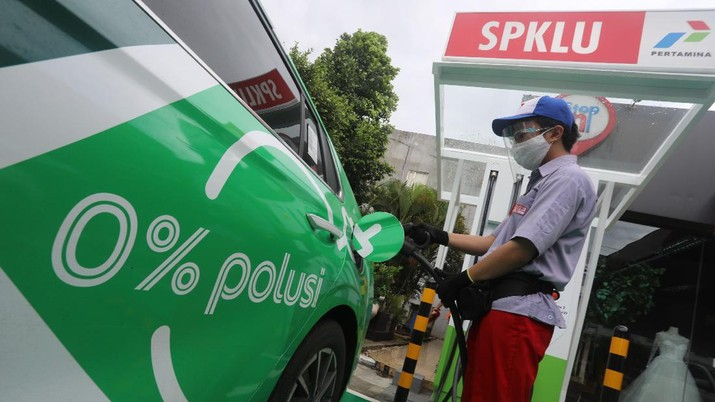 Petugas mengisi daya mobil listrik di Stasiun Pengisian Kendaraan Listrik Umum (SPKLU) di kawasan Fatmawati, Jakarta, Senin (14/12/2020).