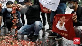 FOTO: Aksi Tabur Bunga di Depan Istana