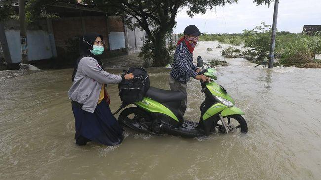 Sebanyak lima kecamatan itu yakni Lemahabang, Astanajapura, Karangsembung, Pangenan, dan Waled, terendam banjir akibat hujan lebat yang mengguyur Cirebon.