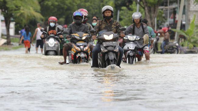 Sejumlah daerah di Lamongan dan Sidoarjo terendam banjir saat hujan dengan intensitas deras mengguyur wilayah tersebut.