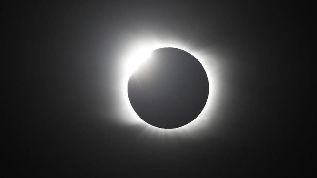 Gerhana matahari total terlihat di Chile dan Argentina. Sementara gerhana matahari sebagian terlihat di sejumlah negara di kawasan Amerika Latin tersebut.