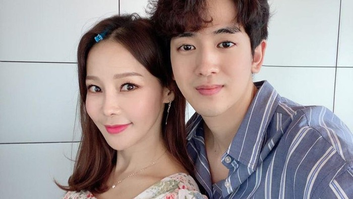 Bikin Heboh, 5 Idol K-Pop Pria Ini Menjalin Hubungan dengan Pasangan yang Lebih Tua