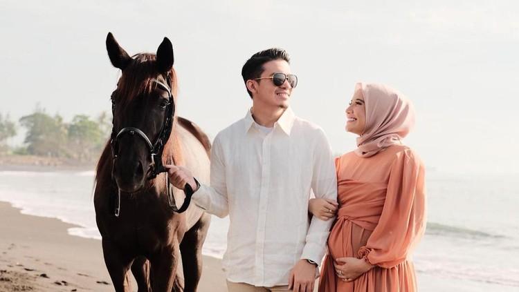 Dalam potret ini, Zaskia dan Irwansyah terlihat lepas dan sangat bahagia ya, Bunda. (Foto: Instagram @zaskiasungkar15)