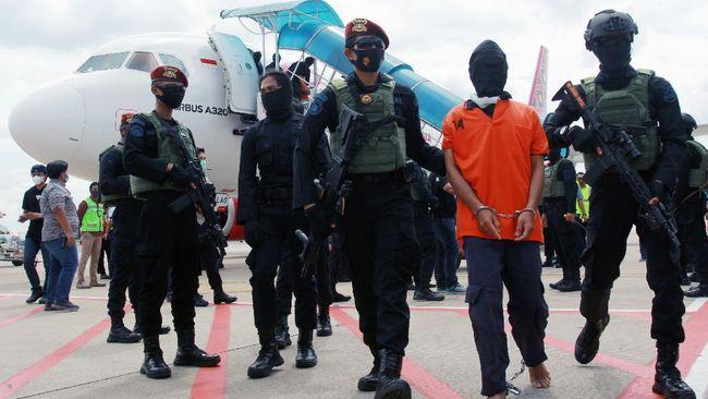 Polisi menyebut belasan terduga teroris JAD Makassar merupakan anggota FPI. Para terduga teroris itu akan diperiksa Densus di Jakarta.