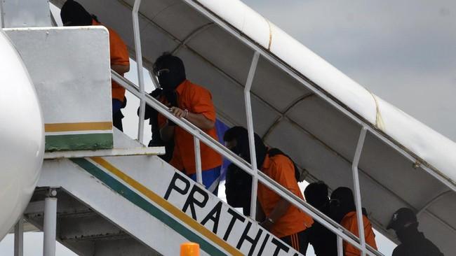 Polisi memindahkan buronan teroris belasan tahun, Zulkarnaen, dan 22 tersangka teror lainnya dari Lampung ke Jakarta lewat bandara Soetta, Rabu (16/12).
