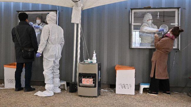Sekitar 70 persen kasus infeksi baru virus Covid-19 yang tercatat pada Hari Natal, Jumat (25/12), berasal dari wilayah ibu kota Seoul.