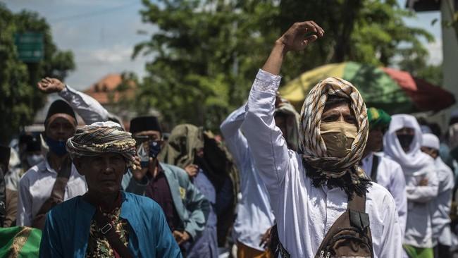 Massa pendukung Rizieq mendatangi kantor polisi di Sampang menuntut pembebasan Imam Besar FPI Rizieq Shihab dari tahanan Polda Metro jaya.
