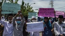 FOTO: Massa Pendukung Rizieq Demo di Kantor Polisi Sampang