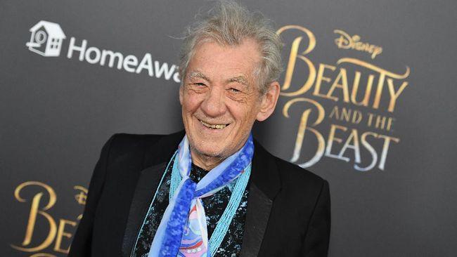 Bintang film Lord of The Rings, Sir Ian McKellen, menjadi salah satu aktor yang mendapat suntik vaksin Covid-19 dari Pfizer pada Rabu (16/12).