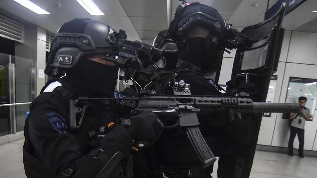 Pasukan polisi gabungan melakukan simulasi penanganan aksi terorisme di Stasiun MRT Lebak Bulus, Jakarta Selatan, Rabu (16/12).