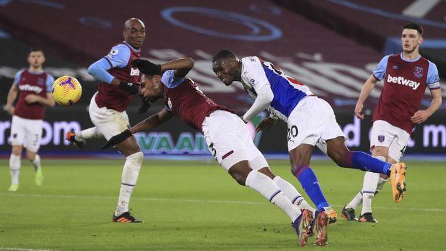 Penyerang Crystal Palace Christian Benteke mengalami situasi 'from hero to zero' saat melawan West Ham United di Liga Inggris.