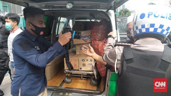 Satu unit mobil kedapatan membawa logistik berupa makanan saat polisi membubarkan massar Aksi 1812 di sekitar Tanah Abang, Jakarta.