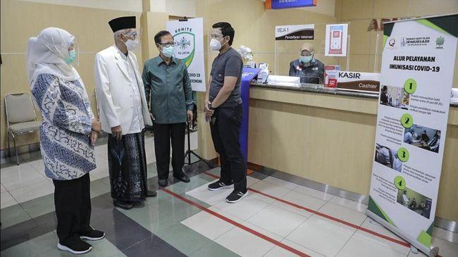 Dalam simulasi vaksinasi yang dihadiri Ketum MUI Pusat, Gubernur Jatim menyatakan vaksin Covid-19 halal.