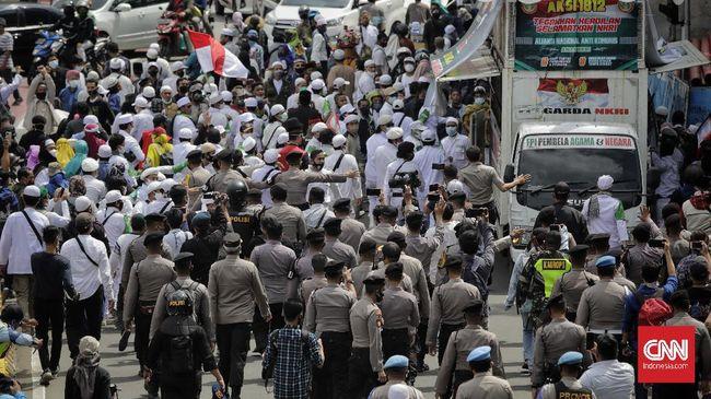 Polisi terus mendesak mundur massa Aksi 1812 di kawasan Thamrin. Sebuah mobil dari rombongan massa yang ditahan.