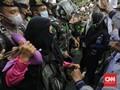 Tolak Dibubarkan, Emak-emak Aksi 1812 Jaga Jarak dari Aparat