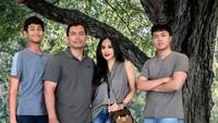 Tahun 1997 lalu, Diah dipersunting oleh kekasihnya, Anton Wahyu Jatmiko. Dari perkawinan ini, Diah dikarunia dua jogoan berwajah rupawan.Foto: Instagram Diah Permatasari
