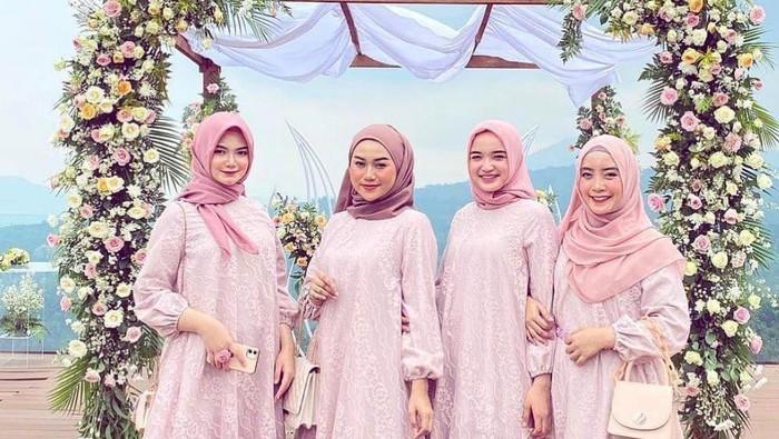 6 Model Dress Cantik Pengganti Kebaya Dusty Pink yang Terlihat Soft dan Anggun