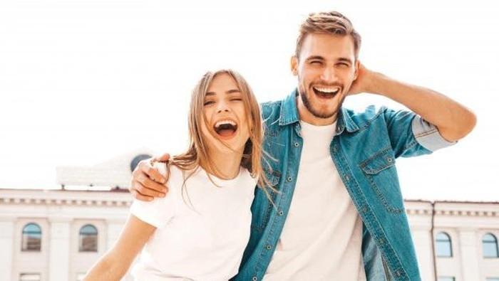 Jatuh Cinta Dengan Pria Lebih Muda, Kenapa Enggak? Ini 5 Alasannya!