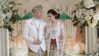 <p>Serasi dengan Karina, Rangga juga mengenakan pakaian adat Jawa lengkap dengan nuansa putih. (Foto: Instagram @karinadila8921)</p>