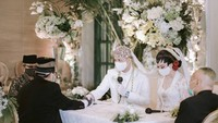 <p>Prosesi akad nikah pasangan ini berlangsung sakral dengan protokol kesehatan lengkap. (Foto: Instagram @karinadila8921)</p>