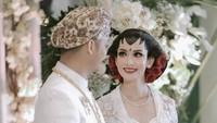 <p>Karina Nadila tampil cantik mengenakan kebaya putih dan riasan khas pegantin Jawa. (Foto: Instagram @karinadila8921)</p>
