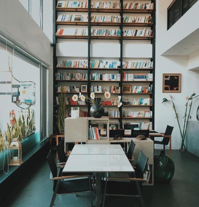 Cocok banget buat kamu yang memang menginginkan benar-benar produktif ngerjain tugas atau kerjaan. Space K jadi tempat andalan dan cocok dengan suasana kantor dan perpustakaan. Tak hanya itu kamu juga bisa menikmati berbagai bacaan buku di sini. Dekorasi beberapa rak buku dan tempat estetis space K juga bisa buat foto-foto juga. Café ini berlokasi di Jalan Raya Darmo Permai III No. 54. Kamu juga bisa cek instagramnya di @space.k.sby (Instagram/@space.k.sby)