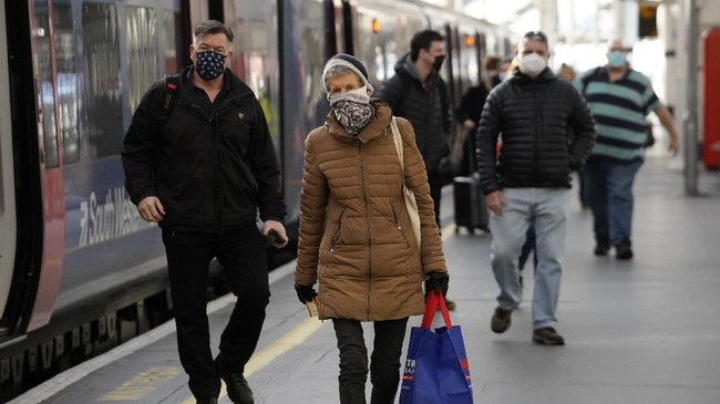 Sejumlah penduduk London, Inggris, tetap mudik ke luar kota sebelum penguncian wilayah diterapkan akibat mutasi virus corona.