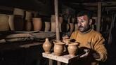 Seorang pria 85 tahun dan keluarganya melestarikan pembuatan tembikar yang telah ada selama 450 tahun.