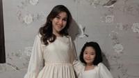 <p>1. Ayu Ting Ting memang dikenal sebagai single mom yang tangguh, Bunda. Meski bercerai di usia muda, ia membuktikan bisa besarkan anak semata wayangnya, Bilqis Khumairah Razak. (Foto: Instagram @ayutinting92)</p>