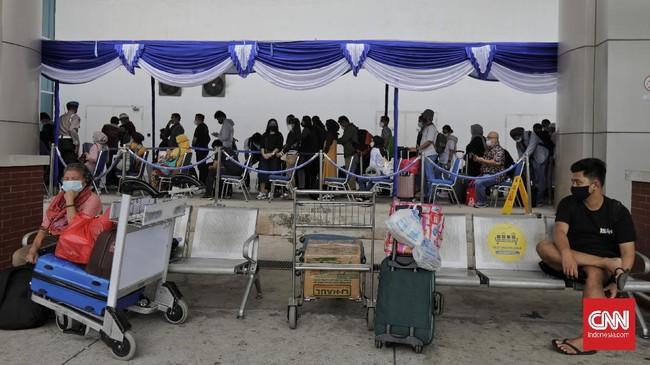 Antrean calon penumpang pesawat mengular puluhan meter saat mendaftar untuk mengikuti tes cepat COVID-19 di area Terminal 2 Bandara Soekarno Hatta.