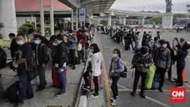 FOTO: Antrean Rapid Test Antigen di Bandara Soetta Membeludak