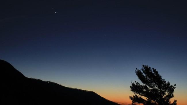 Konjungsi Agung Jupiter-Saturnus 21 Desember 2020 merupakan fenomena langka saat posisi kedua planet tersebut saling berdekatan.