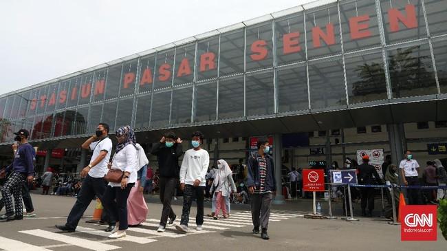 Kebijakan wajib rapid test antigen yang mulai diterapkan di Stasiun Senen, Jakarta, hari ini, membuat para calon penumpang mengantre meski tatap sesuai prokes.