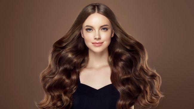 Perdebatan soal belahan rambut di tengah atau samping viral di Tiktok beberapa waktu lalu. Padahal keduanya sama-sama punya sejarah di tren rambut.