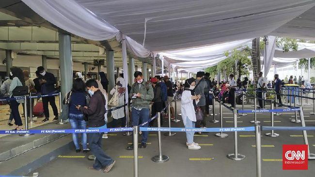 Antrean Rapid Test Mengular Di Stasiun Pasar Senen Dan Gambir