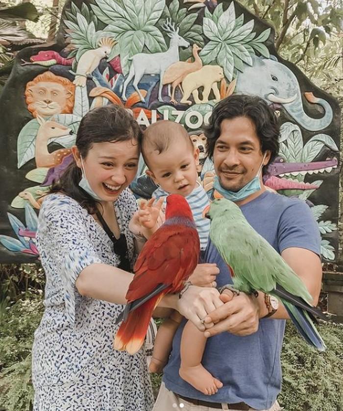 Baby Rayden bareng mama Kim dan papa Ed lagi berkunjung ke Bali Zoo yang seru banget. Rayden sama sekali gak takut sama burung-burung yang ada di tangan mama dan papa. Lucu banget ya Ladies. (Instagram/kimbrlyryder)