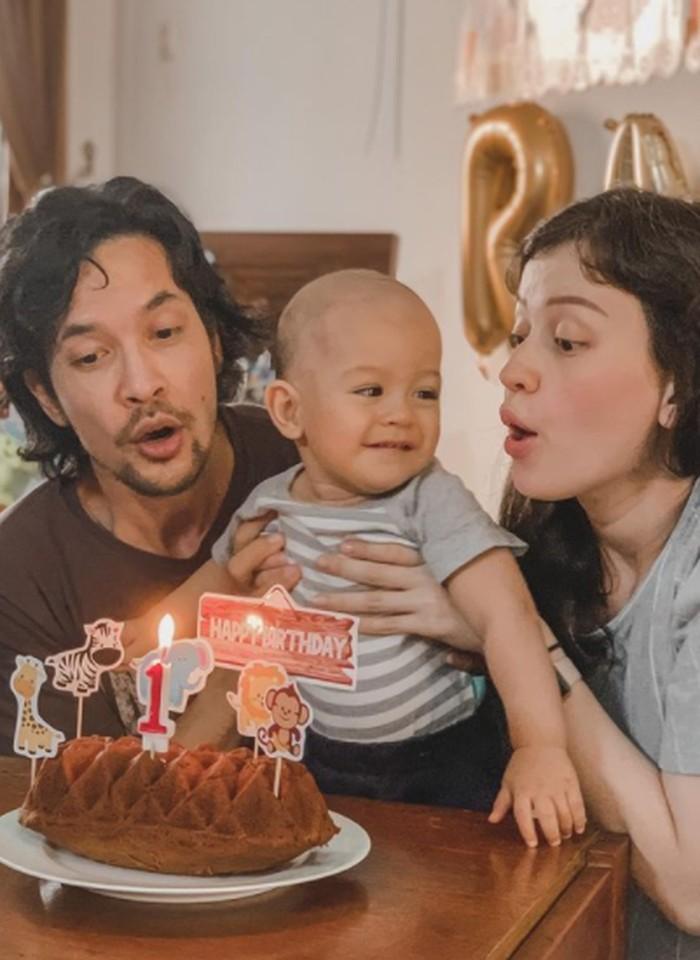 Kali ini potret keceriaannya saat ulang tahun 1 tahun bareng mama Kim dan Papa Ed yang menggemaskan banget. Saat itu perayaan ulang tahun Baby Rayden ternyata satu hari sebelum mama Kim lahiran anak kedua lo. So, Baby Rayden dan Baby Aisyah punya tanggal ulang tahun di bulan yang sama dan tanggal berdekatan. (Instagram/kimbrlyryder)