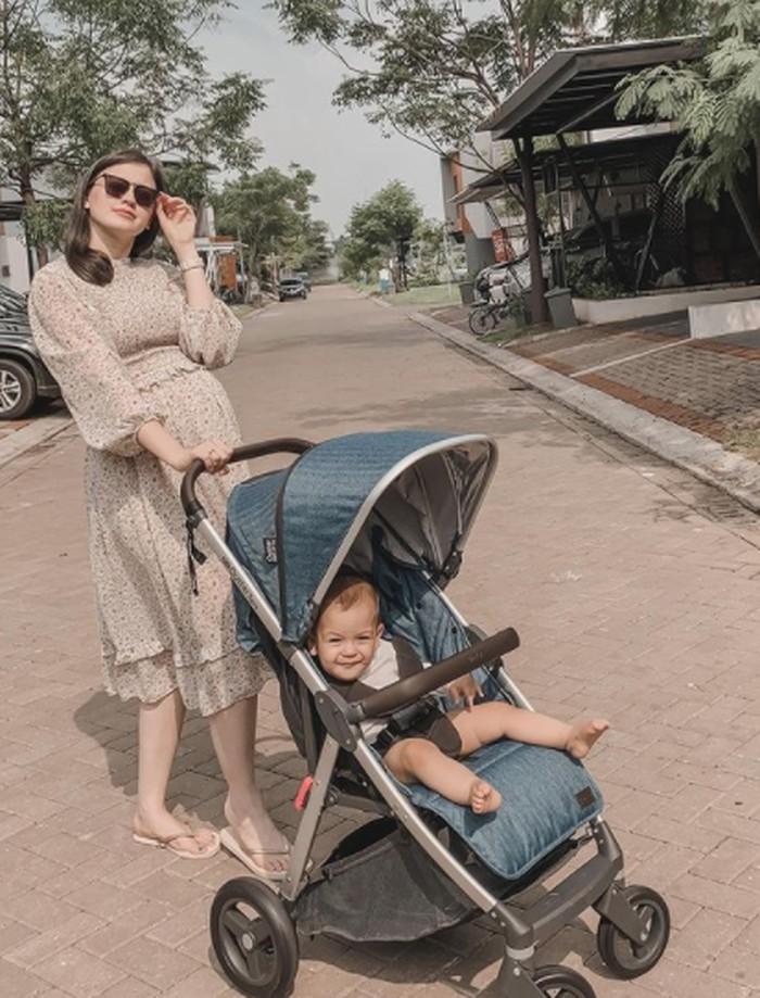 Kali ini jalan-jalan bareng Mama Kim nih yang saat itu tengah hamil Baby Aisyah dengan dressnya yang bikin makin cantik. Baby Rayden juga keliatan happy banget. (Instagram/kimbrlyryder)