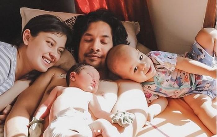 Cerianya Baby Rayden sambut adik Aisyah bareng mama Kim dan papa Ed. Baby Rayden kelihatan seneng banget punya kawan baru yang lucu dan cantik. Apalagi yang ulang tahunnya berdekatan gini, jadi makin kompak aja nih. (Instagram/kimbrlyryder)