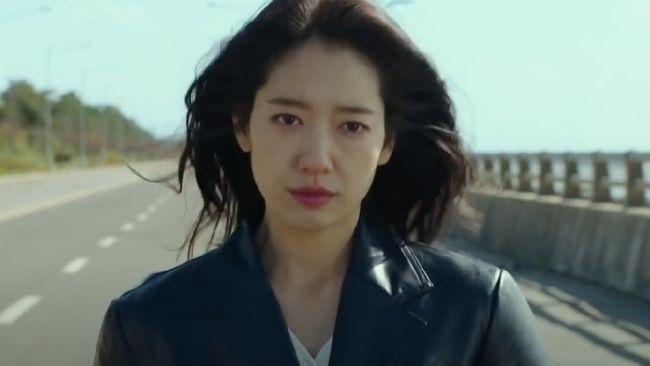 Sinopsis drama Korea Sisyphus: The Myth Episode 1 kisahkan bagaimana konflik bermula, yaitu kembalinya Kang Seo Hae (Park Shin Hye) dari masa depan.