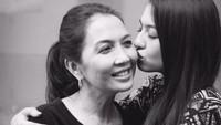 <p>Foto throwback bersama putrinya, Raline Shah. Jika dibandingkan foto yang sekarang, tak ada bedanya ya, Bunda? Sama-sama cantik bak kakak dan adik ya. (Foto: Instagram @ralineshah)</p>